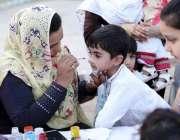 پشاور: ٹور ازم کارپوریشن کے تین روزہ ہنر میلے میں آیا ایک بچہ فیس پیٹنگ ..