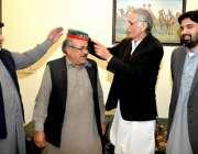 پشاور: وزیر اعلیٰ خیبر پختونخوا پی ٹی آئی میں شامل ہونیوالوں کو پارٹی ..