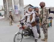 کوئٹہ: پاکستان تحریک انصاف کے جلسے سے قبل ایف سی اہلکار ایوب اسٹیڈیم ..