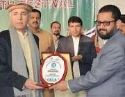 پشاور: گورنر فاٹا یوتھ فیسٹیول کے موقع پر مہمان خصوصی غالب کو سیکرٹری ..