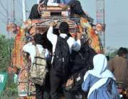 اسلام آباد: سکول سے چھٹی کے بعد بچے بس کی چھت پر سوار ہو کر سفر کر رہے ..