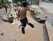 فیصل آباد: گرمی کی شدت کم کرنے کے لیے بچے راجباہ میں نہا رہے ہیں۔