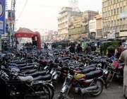 راولپنڈی: راجہ بازار نو پارکنگ بورڈ آویزاں ہونے کے باوجود کثیر تعداد ..