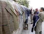 راولپنڈی: شہری سرد موسم کے باعث لیاقت باغ روڈ کنارے سٹال سے گرم کوٹ ..