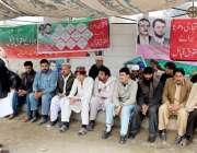 پشاور: حاجی اقبال صدیقی باڑہ خیبر ایجنسی کے احتجاجی کیمپ کے شرکاء سے ..