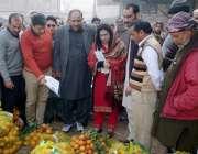 قصور: ڈی سی او عمارہ خان سبزی و پھل منڈی کے دورہ کے موقع پر پھلوں کی قیمتوں ..