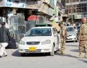 کوئٹہ: مشن روڈ پر ایف سے اہلکا ر گاڑی کو چیک کر رہے ہیں۔