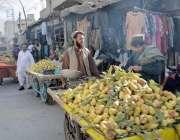 کوئٹہ: علمدار روڈ پر ریڑھی بان امرود فروخت کر رہا ہے۔
