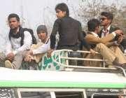لاہور: طالبعلم ٹرانسپورٹ کی کمی کے باعث بس کی چھت پر سوار ہو کر سفر کر ..