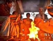سرگودھا: شہری سردی کی شدت سے بچنے کے لیے آگ سیک رہے ہیں۔
