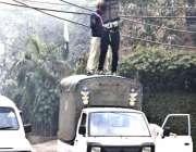 لاہور: لیسکو اہلکار تاروں کی مرمت کرنے میں مصروف ہیں۔