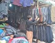 لاہور: ایک دوکاندار پرانے گرم کپڑے فروخت کے لیے لگائے گاہکوں کا منتظر ..