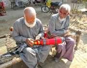 فیصل آباد: ایک معمر محنت کش چارپائی کے پائے کی تیاری میں مصروف ہے۔