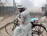 فیصل آباد: ایک شخص کسی خطرے سے بے خبر سائیکل اٹھائے ریلوے لائن کراس ..