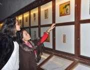 لاہور: غیر ملکی خواتین لاہور میوزیم میں لگی تصویریں دیکھ رہی ہیں۔