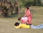 لاہور: مقامی پارک میں بچے کھیل کود میں مصروف ہیں۔
