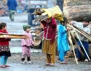 راولپنڈی: خانہ بدوش بے گھر کا چولہا جلانے کے لیے خشک لکڑیاں جمع کر رہے ..