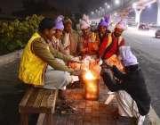 راولپنڈی: سردی کی شدت سے بچنے کے لیے ڈھولچی آگ جلائے بیٹھے ہیں۔