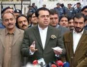 اسلام آباد: پاکستان مسلم لیگ (ن) کے ایم این اگے طلال چوہدری میڈیا سے ..