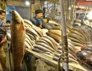 لاہور: مچھلی فروش مچھلی کا سٹال لگائے گاہکوں کا منتظر ہے۔