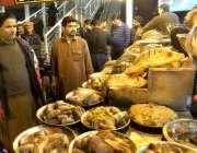 راولپنڈی: سردی کے شدت میں اضافے کے ساتھ ہی شہری مچھلی خریدنے کے لیے ..