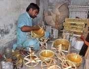 لاہور: ایک محنت کش لکڑی کی مدد سے سجاوٹی اشیاء بنانے میں مصروف ہے۔