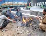 لاہور: شہری سردی کی شدت سے بچنے کے لیے آگ سیک رہے ہیں۔