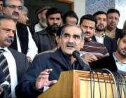 لاہور: وفاقی وزیر ریلوے خواجہ سعد رفیق میڈیا سے گفتگو کر رہے ہیں۔