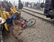 ملتان: ٹرین اور چنگچی رکشے کے تصادم کے بعد متاثرہ چنگچی رکشے کا منظر۔