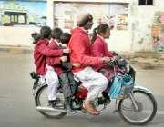 لاہور: ایک شہری سکول سے چھٹی کے بعد چار بچوں کو موٹر سائیکل پر بیٹھا ..