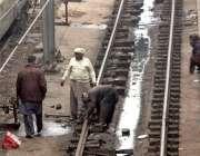 لاہور: ریلوے اسٹیشن پر لوگ ٹریک کی مرمت میں مصروف ہیں۔