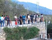اسلام آباد: سیر و تفریح کے لیے آئے سیاہ خوشگوار موسم سے لطف اندوز ہو ..