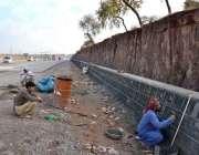 اسلام آباد: مزدو کرل چوک میں سرک کنارے حفاظتی دیوار کی تعمیر میں مصروف ..