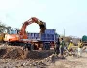 اسلام آباد: کرل چوک میں جاری ترقیاتی کاموں کا ایک منظر۔