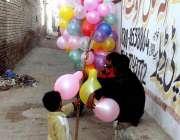 ملتان: ایک محنت کش پھیر لگا کر غبارے فروخت کر رہا ہے۔