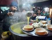 پشاور: ایک دکاندار سردی کے پیش نظر سوپ فروخت کر رہا ہے۔