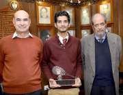 لاہور: انڈر 17 اسکوائش چمپئن شپ جیتنے والے جی سی یو کے طالبعلم عزیز رشید ..