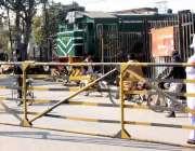 لاہور: باجا لائن پھاٹک کے بروقت بند نہ ہونے پر شہری ٹرین کے آگے سے گزر ..