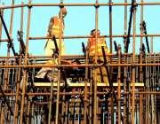 لاہور: ریلوے اسٹیشن کے قریب مزدور اورنج لائن میٹرو ٹرین کے پل کی تعمیر ..