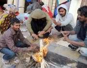 حیدر آباد: سردی کی شدت کم کرنے کے لیے شہری آگ جلائے بیٹھے ہیں۔