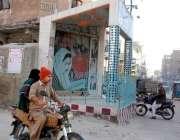 حیدر آباد: گڈس ناکہ کے علاقے میں چوہان کانٹا کے قریب سڑک پر نصب بے نظیر ..