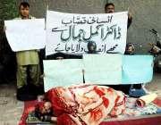 حیدر آباد: لطیف آباد کا رہائشی خاندان انصاف کے لیے احتجاج کر رہے ہیں۔