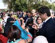 کراچی: وزیر اعلیٰ سندھ سید مراد علی شاہ لیڈی ہیلتھ ورکرز سے گفتگو کر ..