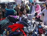 حیدر آباد: خواتین گرم کپڑے خریدنے میں مصروف ہیں۔