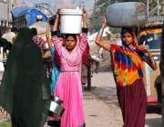 حیدر آباد: خواتین پینے کے لیے صاف پانی بھر کر لیجا رہی ہیں۔