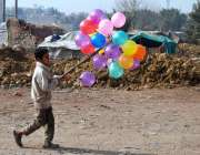 حیدر آباد: ایک کمسن بچہ اپنا اور اپنے بچوں کا پیٹ پالنے کے لیے پھیری ..