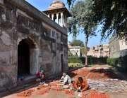 لاہور: مزدور دائی انگہ مقبرہ کی تعمیر نو میں مصروف ہیں۔