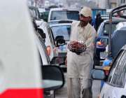 راولپنڈی: ایک محنت کش اناریل کی گری فروخت کر رہا ہے۔