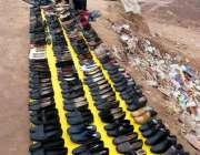 اسلام آباد: ایک دکاندار سڑک کنارے جوتوں کا سٹال لگائے گاہکوں کا منتظر ..