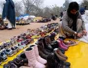 اسلام آباد: وفاقی دارالحکومت میں سڑک کنارے پرانے جوتے فروخت کے لیے ..